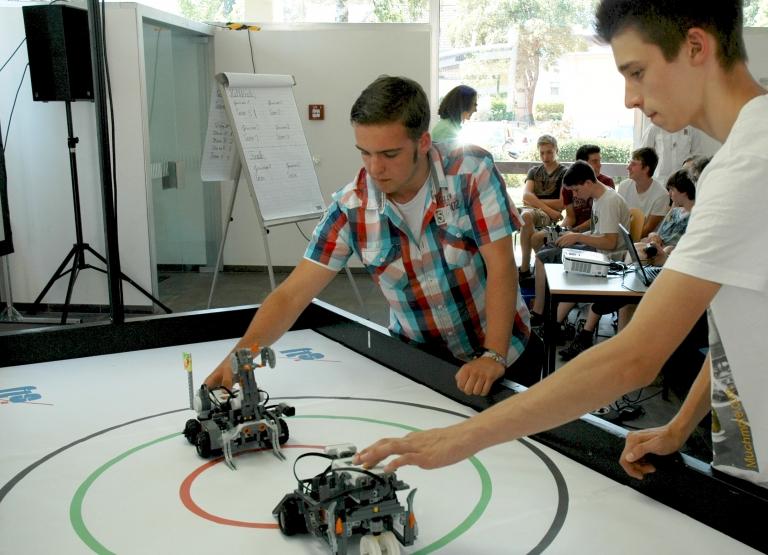 selbstgebaute und programmierte Roboter im Wettkampf