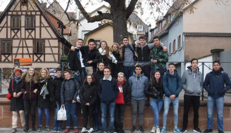 Schüler der Jahrgangsstufe 1 des Technischen Gymnasiums VS-Schwenningen zusammen mit ihren Austauschschülern auf dem Marktplatz in Sélestat. Links die Fachlehrerin Renate Nieding-Trefzer