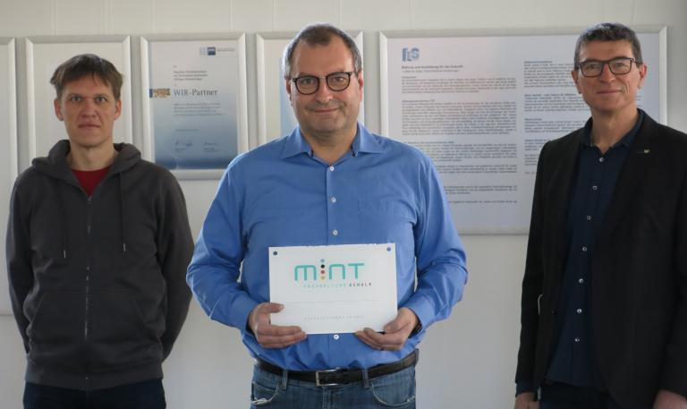 Thomas Kusch (li.), Marc Gunzlé und Schulleiter Thomas Ettwein freuen sich über die Zertifizierung