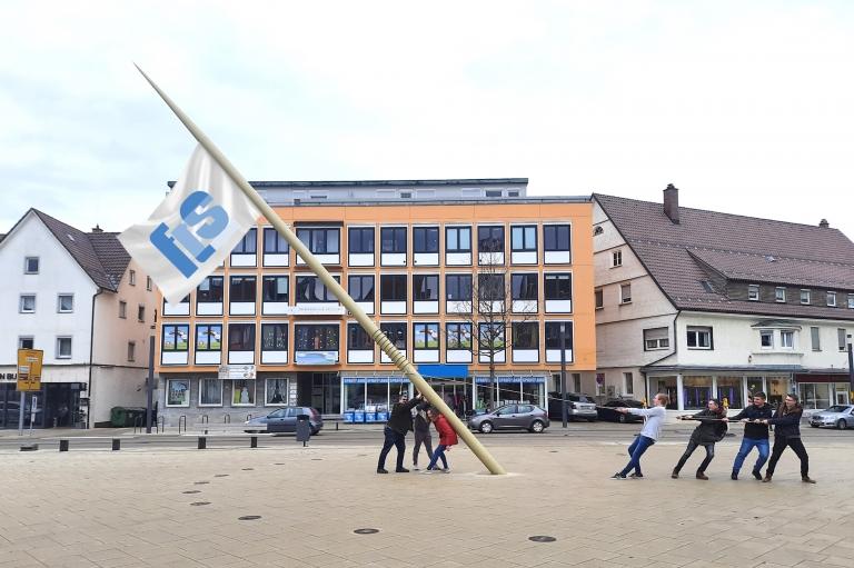 Uhrmacherschüler der Feintechnikschule besichtigen die neue Sonnenuhr auf dem Schwenninger Marktplatz