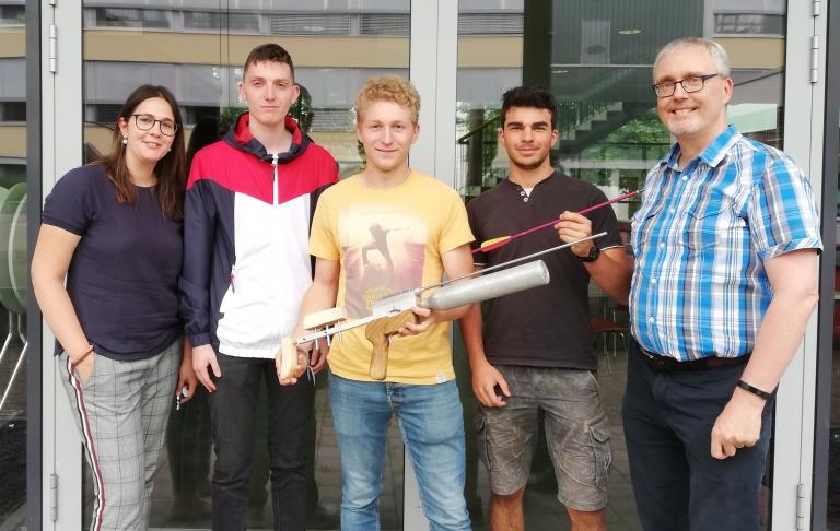 Die Gruppe Pfeilgewehr zeigt ihr Projekt zusammen mit den Lehrern Annette Beha und Marc Fehrenbacher