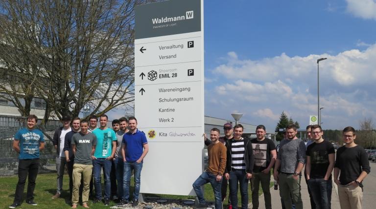 Die künftigen Industriemeister der Staatl. Feintechnikschule auf logistischen Wegen bei Fa. Waldmann