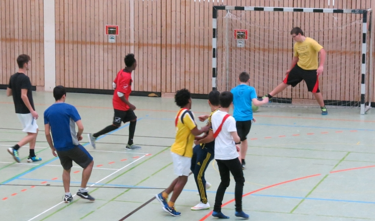 """Die Klasse 2BKI2 (Berufskolleg für Informationstechnik, 2. Jahr) organisierte einen Sportnachmittag mit dem 1. Jahr und den """"VABOs"""" (Klasse für Schüler ohne Deutschkenntnisse)"""
