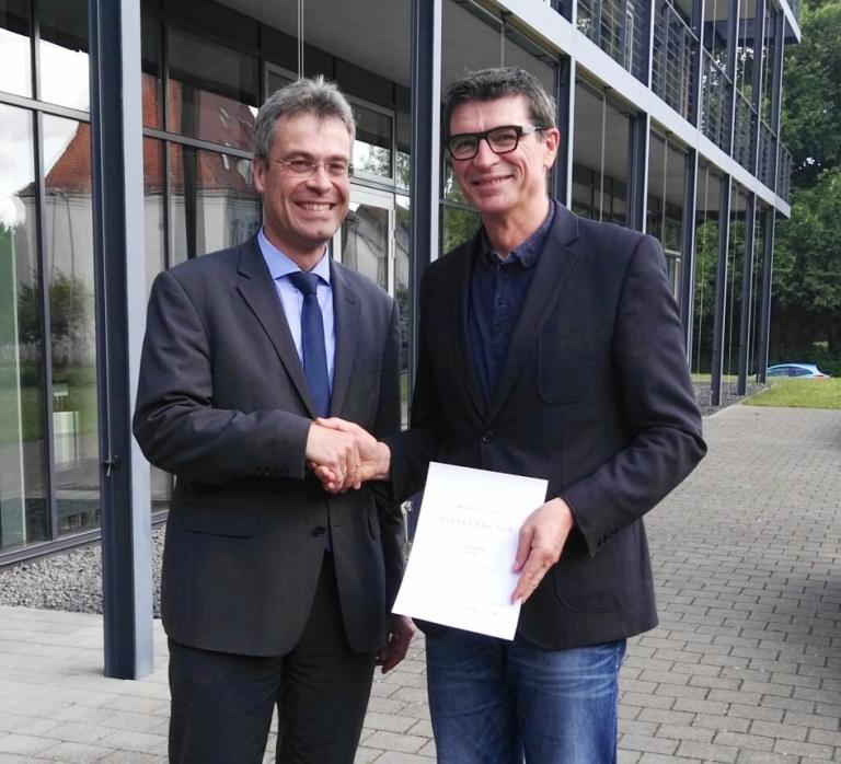 Martin Müller, kommissarischer Referatsleiter im Regierungspräsidium Freiburg beglückwünscht Thomas Ettwein zur Zielvereinbarung und zum Dienstjubiläum