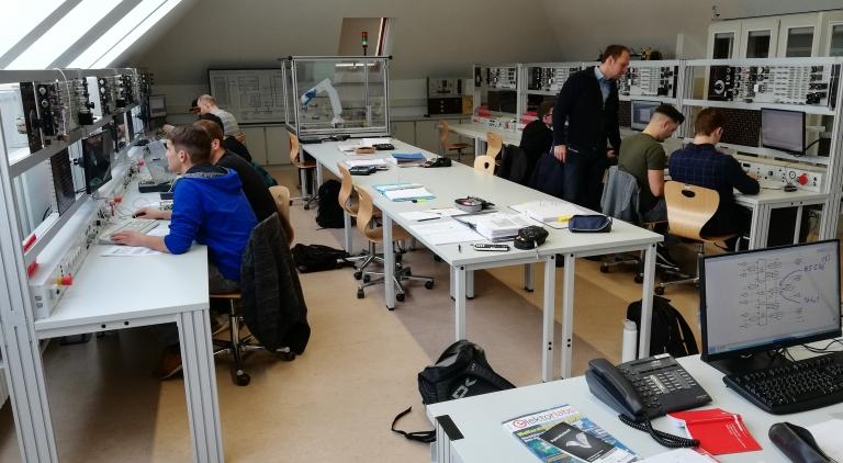 Die Schüler arbeiten zusammen mit ihrem Fachlehrer Thomas Furtwängler begeistert im neu eingerichteten Industrie 4.0-Vorbereitungslabor