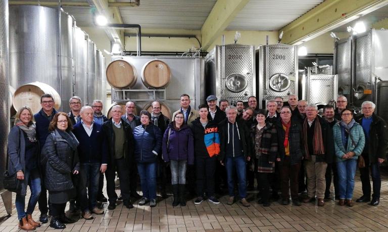 Die ehemaligen Feintechnikschüler und einige Lehrer besichtigen die Weinmanufaktur in Gengenbach