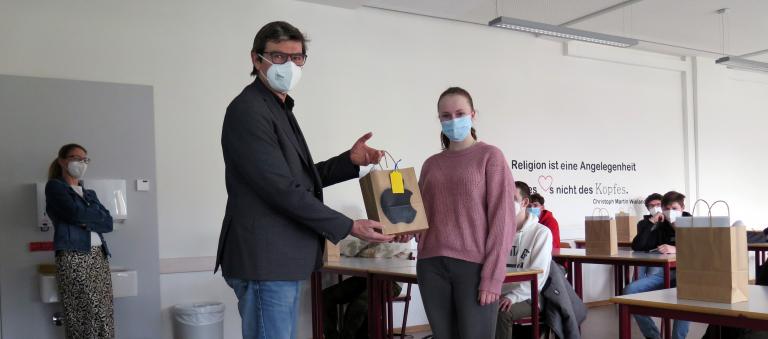 Schulleiter Thomas Ettwein übergibt Lisanne Britsch – eine der 16 Schüler der Eingangsklasse Mechatronik des Technischen Gymnasiums – ihr iPad