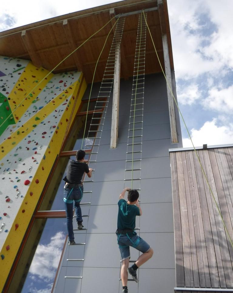 2 Schüler klettern gemeinsam an der Außenwand der Kletterhalle K5 in Rottweil