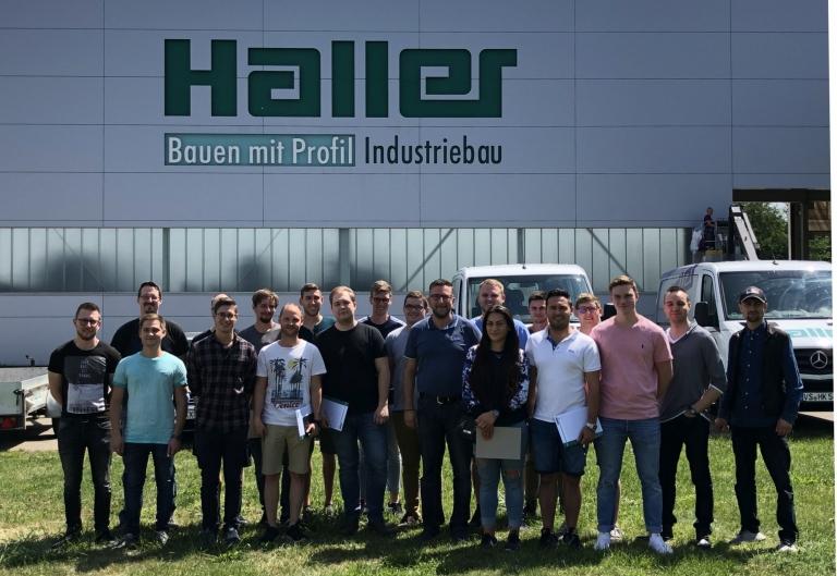 Die Klasse FTFW1E (Feinwerktechniker Fachrichtung Systemelektronik, 1. Jahr) besucht die Firma Haller mit ihrem Lehrer Predrag Savija (Mitte).