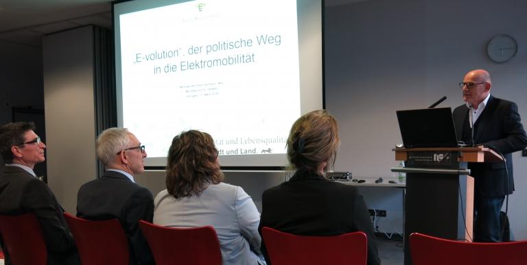 Baden-Württembergs Verkehrsminister Winfried Hermann referiert über den politischen Weg in die Elektromobilität