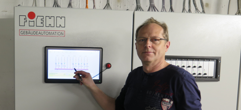 Hausmeister Hubert Führa an der Steuerung der neuen Heizanlage