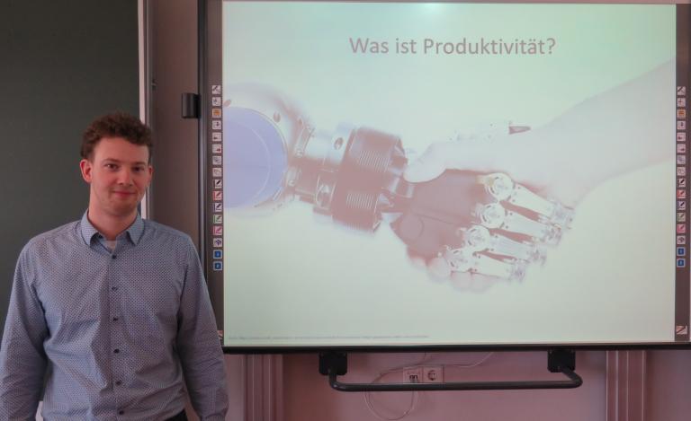 Michael Neher schloss die Feintechnikschule schon als Systemelektroniker erfolgreich ab. Jetzt ist er ein angehender Feinwerktechniker.