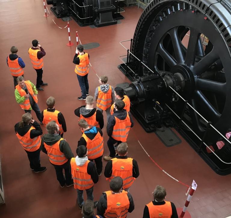 Über 100 Jahre sind die Generatoren im Doppel-Wasserkraftwerk Wyhlen-Augst bei Basel am Rhein im Einsatz. Dies erfuhren Schüler der Jahrgangsstufe 1 des Technischen Gymnasiums VS-Schwenningen bei einer Führung.