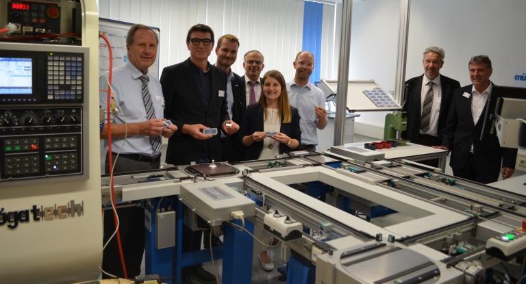 """Sie sind alle ein Teil des Projekts """"Industrielle Lernfabrik 4.0"""": Helmut Müller (von links), Thomas Ettwein, Heiko Häsler, Reinhold Walz, Anke Blessing, Christoph Bihler, Günter Neumann und Siegfried Kummer. (C) Schwarzwälder-Bote"""