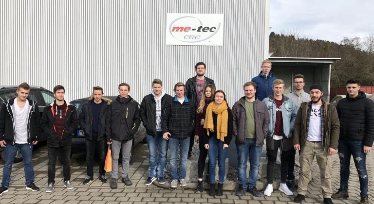 Die Klasse 3BFM3 (3. Lehrjahr Feinwerkmechaniker) zu Besuch bei der Firma me-tec in Trossingen