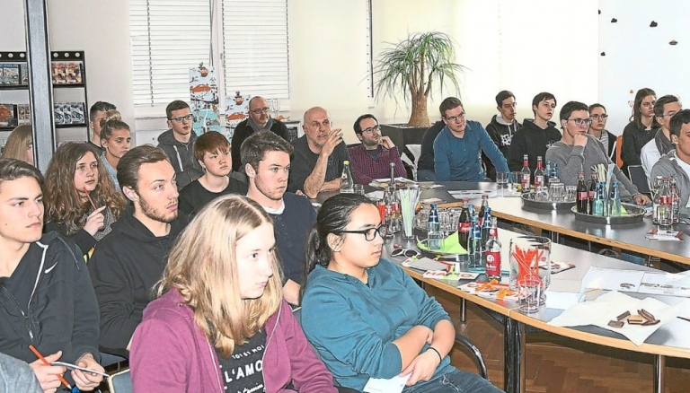 Die Schüler des TGs schauen gebannt auf die Bilder des Profi-Fotografen Martin Schrempp (Mitte). Foto: Marull Foto: Schwarzwälder Bote