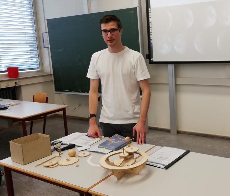 Felix Kohler mit seinem Tellurium (Planetenmaschine zur Demonstration der Bewegungen von Erde und Mond)