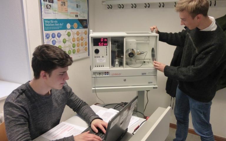 Physiklabor: BRAGG-Reflexion am NaCL-Kristall und Bestimmung des Planckschen Wirkungsquantums. Lucas Olheiser TG2M, Philipp Angst TG2b.