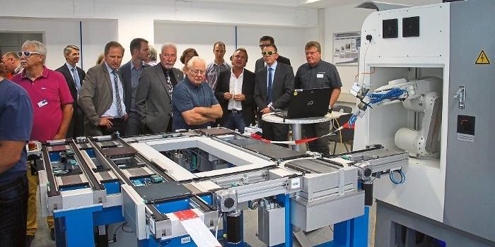 Sven Hinterseh hat mit der 3 D Brille den richtigen Einblick in die Industrie 4.0 Lernanlage. Foto: Schimkat Foto: Schwarzwälder-Bote
