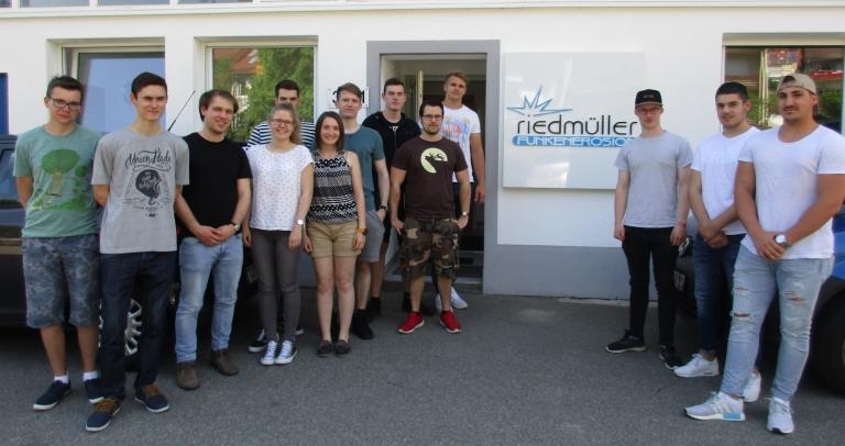 Das 2. Lehrjahr der 3jährigen Uhrmacherschule besichtigt die Firma Riedmüller, einen Spezialisten in Mikrodimensionen