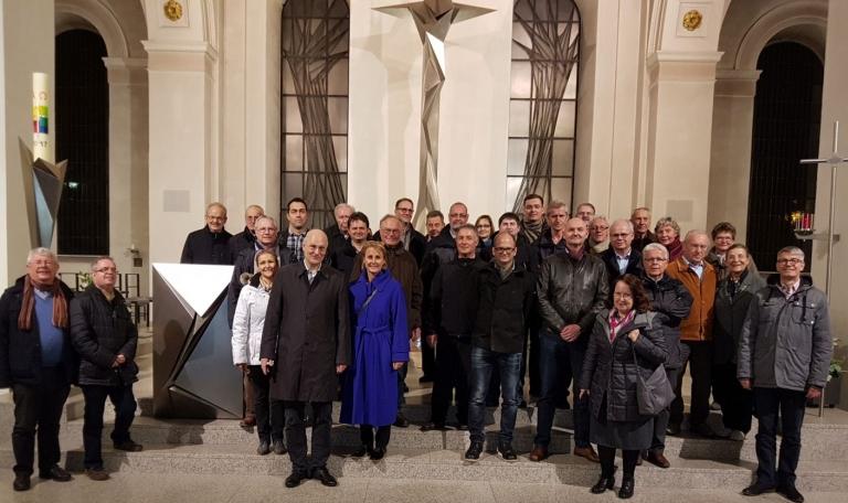 Die 33 Mitglieder der Vereinigung ehemaliger Feintechnikschüler im Altarraum der Sankt Maria Kirche in Schramberg.