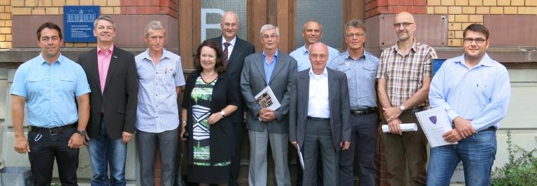 Einige geehrte Mitglieder freuen sich mit dem Vorstand der ehemaligen Feintechnikschüler über ihre langjährige Vereinszugehörigkeit.