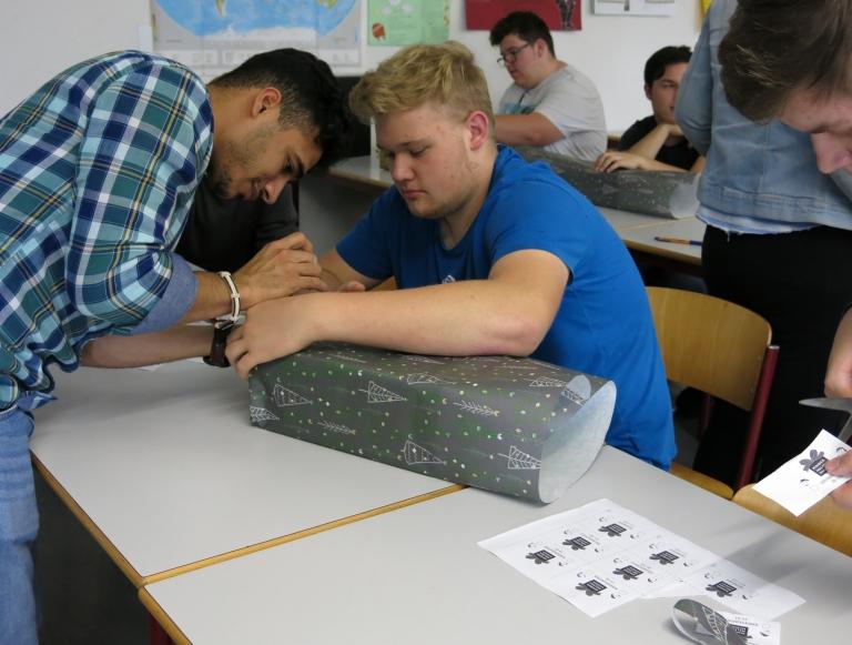 Schüler der 3BFE1 (3jährige Berufsfachschule Systemelektroniker, 1. Jahr) packen Weihnachtspäckchen für Osteuropa
