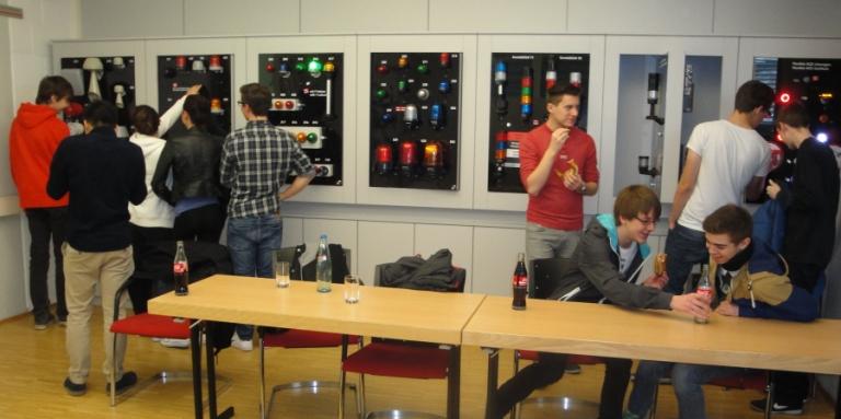Interessierte Schüler bei Firma WERMA